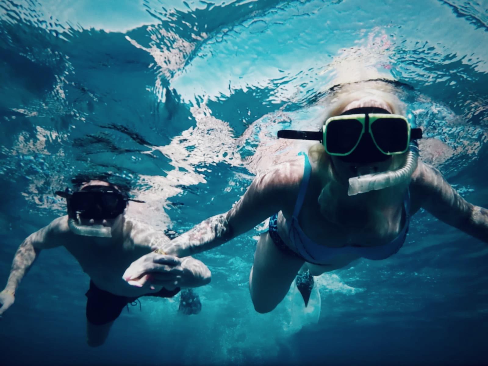 Couple en plongée libre
