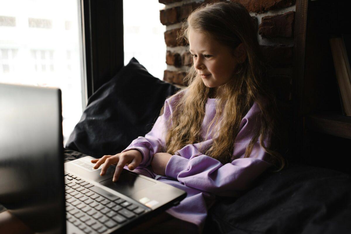 Enfant qui utilise un ordinateur