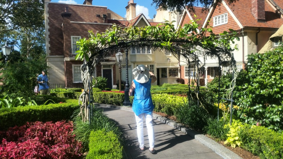 Un treillis fleuri dans un jardin
