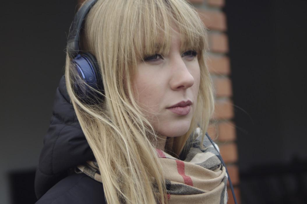 femme ecoutant chanson triste
